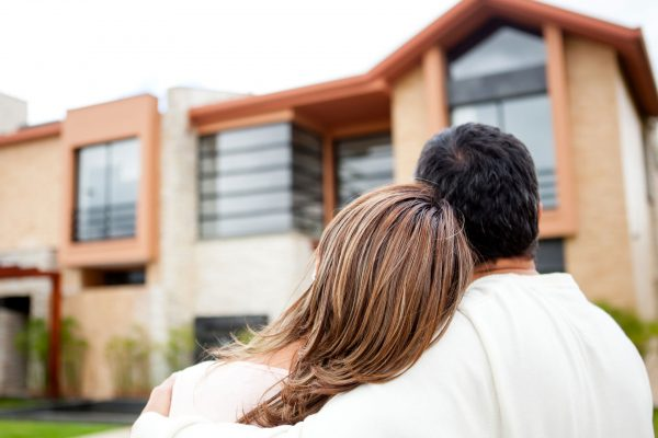realty-property-couple-viewing-house3